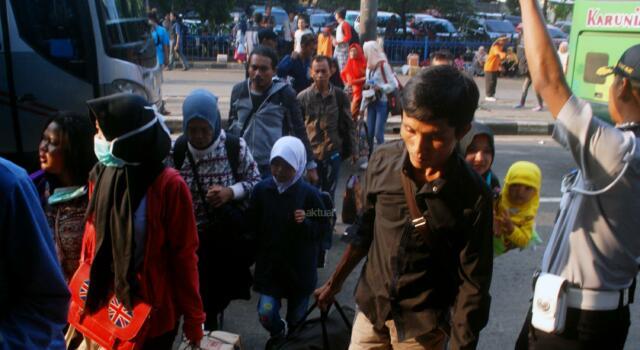 Sejumlah pemudik tiba di Terminal Kampung Rambutan, Jakarta Timur, Minggu (2/7/2017). Menjelang berakhirnya libur Lebaran, ribuan pemudik kembali ke Ibu Kota melalui Terminal Kampung Rambutan sebelum memulai rutinitasnya pada esok hari. AKTUAL/Munzir
