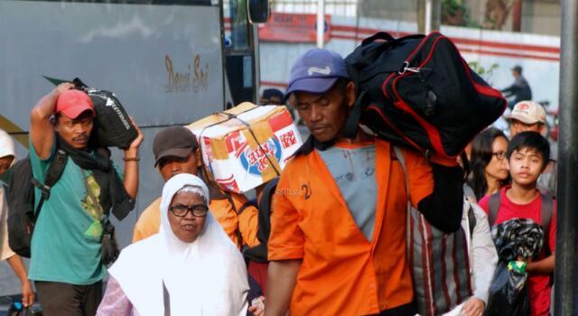 Menjelang berakhirnya libur Lebaran, ribuan pemudik kembali ke Ibu Kota melalui Terminal Kampung Rambutan sebelum memulai rutinitasnya pada esok hari. AKTUAL/Munzir