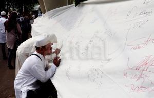 Sejumlah masyarakat melakukan aksi tanda tangan dispanduk yang bertuliskan petisi Tolak Perppu Ormas No. 2 Tahun 2017 , Stop kriminalisasi ulama dan Ormas Islam di  halaman Komnas Ham, Jakarta, Jumat (14/7/2017).  Aksi ini sebagai bentuk penolakan terhadap di terbitkannya Peraturan Pemerintah Pengganti Undang-Undang (Perppu) Nomor 2 Tahun 2017 , yang bertentangan dengan UUD 1945 dan Ham.c