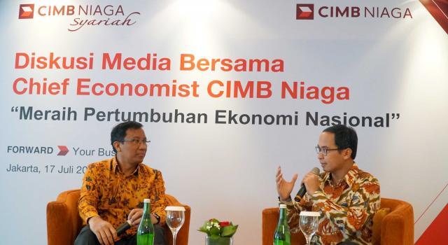 """Chief Economist CIMB Niaga, Adrian Panggabean (kiri) bersama Head of Marketing, Brand and Communications CIMB Niaga, Slamet Sudijono (kanan) disela acara bertajuk """"Diskusi Media Bersama Chief Economist CIMB Niaga,Adrian Panggabean'di Jakarta, Senin (17/7). Menurutnya, perekonomian Indonesia sepanjang paruh pertama 2017 menunjukkan tren perbaikan dibandingkan pencapaian tahunlalu. Adrian mengatakan perekonomian Indonesia masih menghadapi sejumlah tantangan untuk mencapai pertumbuhan sebesar 7% sebagaimana yang dicanangkan pemerintah. Untuk meraihnya, stidaknya dibutuhkan tiga hal yang bisa diupayan oleh semua pihak.Data sepanjang semester pertama 2017 memberi gambaran bahwa secara fundamental ekonomi Indonesia dalam kondisi baik.Faktor lainnya,persepsi risiko investor asing terhadap Indonesia, sebagaimana ditunjukkan oleh angka credit default swap, juga terus menurun dibandingkan dengan awal tahun.kondisi ini juga didukung oleh pergerakan rupiah yang stabil di tengah fluktuasi pasar aset global. AKTUAL/Eko S Hilman"""