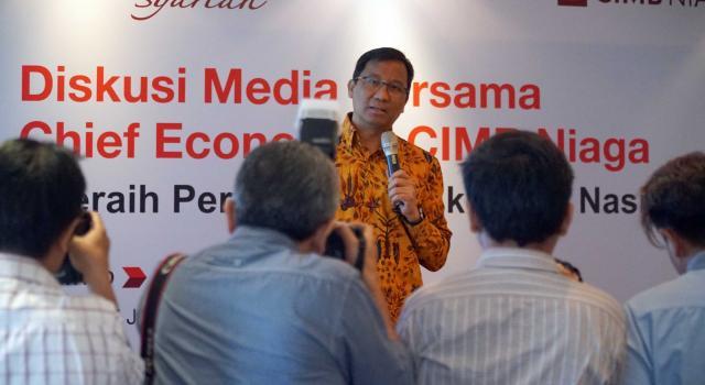 """Chief Economist CIMB Niaga, Adrian Panggabean menyampaikan paparannya saat acara bertajuk """"Diskusi Media Bersama Chief Economist CIMB Niaga,Adrian Panggabean'di Jakarta, Senin (17/7). Menurutnya, perekonomian Indonesia sepanjang paruh pertama 2017 menunjukkan tren perbaikan dibandingkan pencapaian tahunlalu. Adrian mengatakan perekonomian Indonesia masih menghadapi sejumlah tantangan untuk mencapai pertumbuhan sebesar 7% sebagaimana yang dicanangkan pemerintah. Untuk meraihnya, stidaknya dibutuhkan tiga hal yang bisa diupayan oleh semua pihak.Data sepanjang semester pertama 2017 memberi gambaran bahwa secara fundamental ekonomi Indonesia dalam kondisi baik.Faktor lainnya,persepsi risiko investor asing terhadap Indonesia, sebagaimana ditunjukkan oleh angka credit default swap, juga terus menurun dibandingkan dengan awal tahun.kondisi ini juga didukung oleh pergerakan rupiah yang stabil di tengah fluktuasi pasar aset global. AKTUAL/Eko S Hilman"""