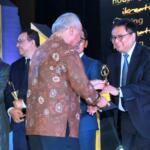 Managing Director Finance & Treasury PT Bank Tabungan Negara (Persero) Tbk. Iman Nugroho Soeko menerima penghargaan dari Menteri Pekerjaan Umum dan Perumahan Rakyat (PUPR) Basuki Hadimuljono dalam Realestate Creative Awards (RCA), di Jakarta, Jumat (11/8). Adapun, dalam ajang tersebut, Bank BTN menyabet penghargaan sebagai penyalur KPR terbanyak. Selain itu, dalam gelaran ini, Direktur Utama Bank BTN Maryono dinobatkan sebagai Best CEO atas sepak terjang dan dukungannya di sektor properti. Ajang RCA 2017 merupakan event tahunan yang digelar DPD REI DKI Jakarta, Majalah Indonesia Housing, dan Majalah Indonesia Kreatif sebagai bentuk kepedulian dan dukungan terhadap kiprah perusahaan maupun individu di sektor properti, building material, perbankan, asuransi, instansi pemerintah, organisasi, dan akademisi dalam menopang kemajuan ekonomi Indonesia.AKTUAL/Eko S Hilman