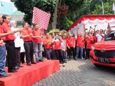 Direktur Utama Telkom Alex J. Sinaga (kedua dari kanan) didampingi Walikota Tangerang Selatan Airin Rachmi Diany (ketiga dari kiri) dan jajaran manajemen TelkomGroup saat meluncurkan mobil operasional IndiHome terbaru yang diharapkan dapat mempermudah kegiatan pelayanan IndiHome kepada pelanggan.