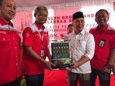 Gubernur Kalimantan Tengah Sugianto Sabran (kedua dari kanan) dan Direktur Network & IT Solution Telkom Zulhelfi Abidin (kedua dari kiri) usai meresmikan Palangka Raya sebagai Telkom Modern City, Jumat (18/8). Program yang ditujukan untuk mendukung pemanfaatan layanan ICT tersebut menjadikan Palangka Raya sebagai ibu kota provinsi di Indonesia yang pertama memiliki infrastruktur 100% fiber optik.