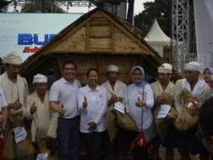 Menteri BUMN Rini M. Soemarno (keempat dari kiri) didampingi oleh Direktur Utama Telkom Alex J Sinaga (ketiga dari kiri) dan Komisaris Utama Telkom Hendri Saparini (ketiga dari kanan) saat penyerahan bantuan kebutuhan pokok kepada perwakilan masyarakat Badui di Alun-alun Kota Serang, Banten, Minggu (13/8).