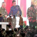 Presiden Joko Widodo bersama Direktur Utama Bank BTN Maryoni dan Menteri BUMN Rini Soemarno saat membuka pameran Indonesia Properti Expo 2017 di JCC, Jakarta, Jumat (11/8/2017). Pameran Indonesia Properti Expo yang diselenggarakan setiap tahun menghadirkan hampir 845 proyek perumahan dengan berbagai promosi menarik dalam rangka HUT ke-72 RI dan akan mencatatkan potensi kredit kepemilikan rumah baru senlai Rp 5 triliun. AKTUAL/Eko S Hilman