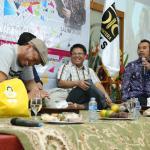 Presiden PKS Mohamad Sohibul Iman (tengah), Salim A. Fillah (kiri) dan Prie GS (kanan) turut dalam serial Ngaji Budaya yang diadakan di Kantor DPP PKS di kawasan Pasar Minggu, Jaksel, Jum'at (11/8). Ketiganya sepakat Indonesia, bila diibaratkan rumah, harus dijaga seluruh anak bangsa dari tangan perusak, baik dari dalam maupun luar. AKTUAL/HO