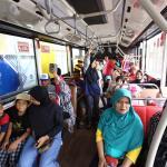 Warga memanfaatkan fasilitas gratis dengan menaiki bus Transjakarta yang melintas di koridor 13 rute Ciledug-Tendean dan Ciledug-Ragunan, Jakarta, Minggu (13/8). PT Transjakarta menggratiskan layanan penumpang pada hari pertama uji coba Koridor 13 rute Tendean-Ciledug pada hari ini, sekaligus sebagai sosialisasi kepada masyarakat bahwa pembangunan jalan layang khusus Transjakarta itu telah rampung. Layanan gratis di Koridor 13 ini dimulai pada pukul 09.00 hingga 19.00 WIB. AKTUAL/Tino Oktaviano