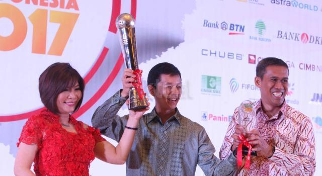 Wakil Presiden Direktur PT Bank Central Asia Tbk Armand W. Hartono (tengah) didampingi Head of Halo BCA Wani Sabu (kiri) menerima penghargaan Grand Champion yang diserahkan oleh Ketua Indonesia Contact Center Association (ICCA) Andi Anugrah dalam ajang The Best Contact Center Indonesia 2017 yang diselenggarakan di Hotel Bidakara, Jakarta, Jumat malam (11/8/2017). Halo BCA kembali mengukir prestasi atas kualitas pelayanan yang diberikan kepada para nasabah dengan meraih total 52 medali, yang terdiri atas 19 platinum, 16 gold, 7 silver, dan 10 bronze. AKTUAL/Eko S Hilman