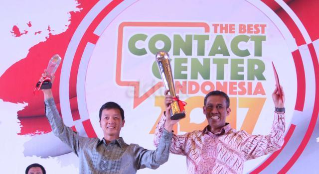 Wakil Presiden Direktur PT Bank Central Asia Tbk Armand W. Hartono menerima penghargaan Grand Champion yang diserahkan oleh Ketua Indonesia Contact Center Association (ICCA) Andi Anugrah dalam ajang The Best Contact Center Indonesia 2017 yang diselenggarakan di Hotel Bidakara, Jakarta, Jumat malam (11/8/2017). Halo BCA kembali mengukir prestasi atas kualitas pelayanan yang diberikan kepada para nasabah dengan meraih total 52 medali, yang terdiri atas 19 platinum, 16 gold, 7 silver, dan 10 bronze. AKTUAL/Eko S Hilman