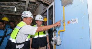 Direktur Utama PT Perusahaan Gas Negara (PGN) Jobi Triananda Hasjim saat mendampingi Menteri Energi dan Sumber Daya Mineral Ignatius Jonan saat mengunjungi pembangunan jaringan gas rumah tangga di Kecamatan Prajurit Kulon, Mojokerto (13/8). PGN memperluas 5.000 sambungan jaringas gas di wilayah Mojokkerto dengan target selesai di akhir 2017. Kementerian ESDM menugaskan PGN membangun jaringan gas sebanyak 26.000 sambungan yang tersebar di Mojokerto, Bandar Lampung, DKI Jakarta dan Musi Banyuasin.
