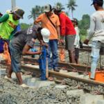 Pekerja sedang menyelesaikan proyek pembengunan kereta api Bandara di kawasan Pondok Benda, Tangerang, Sabtu (12/8). PT KAI Daerah Operasional 1 Jakarta Suprapto mengatakan, rute yang akan digunakan kereta api Bandara Soekarno-Hatta adalah Stasiusn Manggarai - Sudirman Baru- Duri - Batu Ceper - Bandara Soekarno-Hatta. AKTUAL/Tino Oktaviano
