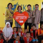 (dari kiri ke kanan) Ketua Yayasan Kasih Anak Kanker Indonesia (YKAKI) Ira Soelistyo, Wakil Ketua YKAKI Aniza Mardi Santosa, Wakil Presiden Direktur Panin Dai-ichi Life Masayuki Tanaka, Direktur Andrew Bain, dan Koichi Mishiyama berfoto bersama dengan sejumlah anak penderita kanker disela penyerahan donasi di Jakarta, Jumat (11/8). Melalui kampanye program penggalangan donasi dengan tema Origami Hati Kami Panin Dai-ichi Life berhasil menyumbangkan dana sebesar 100 juta rupiah karena berhasil mencapai 10 ribu unggahan di media sosial dengan nilai 10 ribu rupiah setiap unggahan.Origami Hati Kami merupakan program pengumpulan donasi sosial yang ditujukan kepada netizen, melalui media sosial Instagram. Program ini di luncurkan di bulan Pebruari 2017 lalu, bertepatan dengan Hari Kanker Anak International yang berakhir pada bulan Juni 2017. AKTUAL/Eko S Hilman