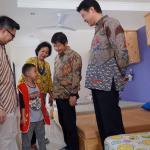 Ketua Yayasan Kasih Anak Kanker Indonesia (YKAKI) Ira Soelistyo (kedua dari kiri) berbincang dengan anak penghuni asrama saat mengunjui  fasilitas yang ada di Asrama YKAKI kepada   Wakil Presiden Direktur Panin Dai-ichi Life Masayuki Tanaka, Direktur Andrew Bain, dan Koichi Mishiyama  disela penyerahan donasi di Jakarta, Jumat (11/8). Melalui kampanye program penggalangan donasi dengan tema Origami Hati Kami Panin Dai-ichi Life berhasil menyumbangkan dana sebesar 100 juta rupiah karena berhasil mencapai 10 ribu unggahan di media sosial dengan nilai 10 ribu rupiah setiap unggahan.Origami Hati Kami merupakan program pengumpulan donasi sosial yang ditujukan kepada netizen, melalui media sosial Instagram. Program ini di luncurkan di bulan Pebruari 2017 lalu, bertepatan dengan Hari Kanker Anak International yang berakhir pada bulan Juni 2017. AKTUAL/Eko S Hilman