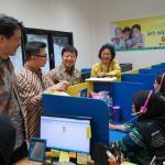 Ketua Yayasan Kasih Anak Kanker Indonesia (YKAKI) Ira Soelistyo (kanan) menjelaskan fasilitas yang ada di Asrama YKAKI kepada   Wakil Presiden Direktur Panin Dai-ichi Life Masayuki Tanaka, Direktur Andrew Bain, dan Koichi Mishiyama  disela penyerahan donasi di Jakarta, Jumat (11/8). Melalui kampanye program penggalangan donasi dengan tema Origami Hati Kami Panin Dai-ichi Life berhasil menyumbangkan dana sebesar 100 juta rupiah karena berhasil mencapai 10 ribu unggahan di media sosial dengan nilai 10 ribu rupiah setiap unggahan.Origami Hati Kami merupakan program pengumpulan donasi sosial yang ditujukan kepada netizen, melalui media sosial Instagram. Program ini di luncurkan di bulan Pebruari 2017 lalu, bertepatan dengan Hari Kanker Anak International yang berakhir pada bulan Juni 2017. AKTUAL/Eko S Hilman