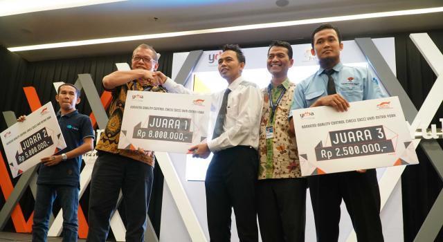 """Ketua Pengurus YDBA  Henry C. Widjaja (kedua kiri) bersama Sekretaris Pengurus YDBA  Mohammad Iqbal ( kanan) menyerahkan hadiah  ke pemenang pertama  seusai Konvensi QCC (Quality Control Circle) UMKM Mitra YDBA di Indonesia Convention Exhibition,BSD City, Tangerang, Sabtu (12/8).Gelaran Konvensi QCC yang mengusung tema """" Yuk Ngimprove""""dimaksudkan untuk mengajak UMKM menerapkan hal yang sederhana pada bisnis mereka.Dalam rangkaian kegiatannya Mitra UMKM ditantang untuk memaparkan kegiatan QCC yang telah dilakukan di masing masing perusahaan yang tentunya tak lepas dari pendampingan yang dilakukan YDBA. Melalui kegiatan ini, YDBA berharap agar UMKM Mitra dapat termotivasi untuk menerapkan dan memiliki daya saing yang tinggi untuk dapat berkompetisi di era yang semakin terbuka. AKTUAL/Eko S Hilman"""