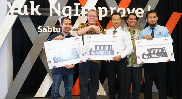 """Ketua Pengurus YDBA  Henry C. Widjaja (kedua kiri) bersama Sekretaris Pengurus YDBA  Mohammad Iqbal (kedua dari kanan) menyerahkan hadiah  ke pemenang pertama  seusai Konvensi QCC (Quality Control Circle) UMKM Mitra YDBA di Indonesia Convention Exhibition,BSD City, Tangerang, Sabtu (12/8).Gelaran Konvensi QCC yang mengusung tema """" Yuk Ngimprove""""dimaksudkan untuk mengajak UMKM menerapkan hal yang sederhana pada bisnis mereka.Dalam rangkaian kegiatannya Mitra UMKM ditantang untuk memaparkan kegiatan QCC yang telah dilakukan di masing masing perusahaan yang tentunya tak lepas dari pendampingan yang dilakukan YDBA. Melalui kegiatan ini, YDBA berharap agar UMKM Mitra dapat termotivasi untuk menerapkan dan memiliki daya saing yang tinggi untuk dapat berkompetisi di era yang semakin terbuka. AKTUAL/Eko S Hilman"""