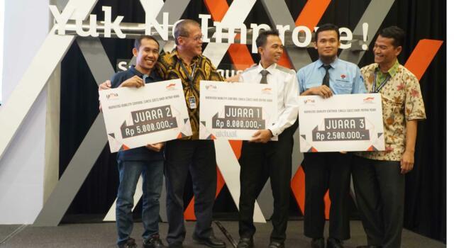 """Ketua Pengurus YDBA  Henry C. Widjaja (kedua kiri) bersama Sekretaris Pengurus YDBA  Mohammad Iqbal (kanan) berbincang bersama 3 pemenang Konvensi QCC (Quality Control Circle) UMKM Mitra YDBA di Indonesia Convention Exhibition,BSD City, Tangerang, Sabtu (12/8).Gelaran Konvensi QCC yang mengusung tema """" Yuk Ngimprove""""dimaksudkan untuk mengajak UMKM menerapkan hal yang sederhana pada bisnis mereka.Dalam rangkaian kegiatannya Mitra UMKM ditantang untuk memaparkan kegiatan QCC yang telah dilakukan di masing masing perusahaan yang tentunya tak lepas dari pendampingan yang dilakukan YDBA. Melalui kegiatan ini, YDBA berharap agar UMKM Mitra dapat termotivasi untuk menerapkan dan memiliki daya saing yang tinggi untuk dapat berkompetisi di era yang semakin terbuka. AKTUAL/Eko S Hilman"""