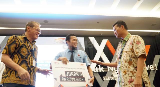 """Ketua Pengurus YDBA  Henry C. Widjaja (kiri) bersama Sekretaris Pengurus YDBA  Mohammad Iqbal (kanan) menyerahkan hadiah kepada salah satu pemenang Konvensi QCC (Quality Control Circle) UMKM Mitra YDBA di Indonesia Convention Exhibition,BSD City, Tangerang, Sabtu (12/8).Gelaran Konvensi QCC yang mengusung tema """" Yuk Ngimprove""""dimaksudkan untuk mengajak UMKM menerapkan hal yang sederhana pada bisnis mereka.Dalam rangkaian kegiatannya Mitra UMKM ditantang untuk memaparkan kegiatan QCC yang telah dilakukan di masing masing perusahaan yang tentunya tak lepas dari pendampingan yang dilakukan YDBA. Melalui kegiatan ini, YDBA berharap agar UMKM Mitra dapat termotivasi untuk menerapkan dan memiliki daya saing yang tinggi untuk dapat berkompetisi di era yang semakin terbuka. AKTUAL/Eko S Hilman"""