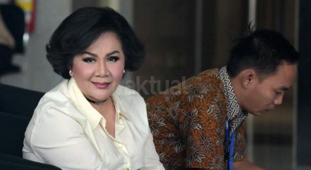 Pengusaha Artalyta Suryani duduk di ruang tungu sebelum menjalani pemeriksaan di Gedung KPK, Jakarta, Rabu (13/9/2017). Wanita yang akrab dipanggil Ayin itu diperiksa KPK sebagai saksi dalam kasus korupsi penerbitan Surat Keterangan Lunas (SKL) dalam Bantuan Likuiditas Bank Indonesia (BLBI) dengan tersangka mantan Ketua Badan Penyehatan Perbankan Nasional (BPPN) Syafruddin Arsyad Temenggung. AKTUAL/Munzir