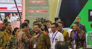 Direktur Utama Semen Indonesia Hendi Prio Santoso didampingi Direktur Pemasaran dan Supply Chain Ahyanizzaman (baju putih) berbincang dengan Presiden Joko Widodo saat meninjau stan dalam acara Indonesia Business and Development (IBD) Expo di Jakarta Rabu (20/9)