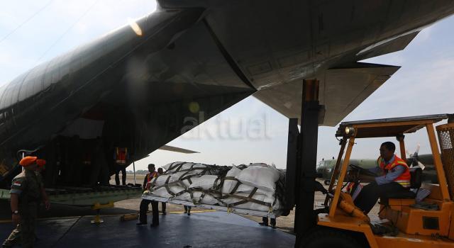 Pasukan TNI AU melakukan proses angkut bantuan untuk etnis Rohingya ke pesawat Hercules di Lanud Halim Perdanakusuma, Jakarta, Rabu (13/9). Bantuan diangkut menggunakan empat pesawat Hercules TNI AU menuju Bangladesh. AKTUAL/Chicarito