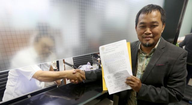 Koordinator Masyarakat Anti Korupsi Indonesia (MAKI) Boyamin Saiman memperlihatkan surat usai melaporkan Wakil Ketua DPR Fadli Zon ke Mahkamah Kehormatan Dewan (MKD) di gedung Parlemen, Jakarta, Rabu (13/9).MAKI melaporkan Pimpinan Fadli Zon kepada MKD karena diduga melanggar kode etik dalam bentuk mengirim surat kepadaKPKberisi permintaan penundaan pemeriksaan Setya Novanto dalam perkara dugaan korupsi e-KTP. Aktual/Tino Oktaviano
