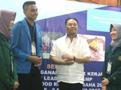 """Ketua Tim Panelis Indofood Riset Nugraha (IRN), F.G. Winarno berbincang dengan sejumlah mahasiswa sebelum dimulai diskusi sehari bertema """"Mencerdaskan Bangsa Melalui Kemandirian Pangan Berbasis Potensi dan Kearifan Lokal Berkelanjutan""""di Ciloto, Bogor Jawa Barat, Rabu (5/9). Indofood melalui program IRN memberikan bantuan dana penelitian bagi 58 mahasiswa dari 25 universitas diseluruh tanah air.selain dana penelitian, indofood juga memberikan pelatihan analisis data serta kiat publikasi hasil penelitian kepada mahasiswa."""