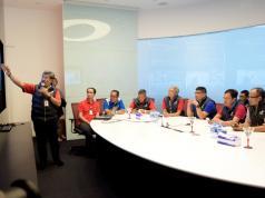Ketua YLKI Tulus Abadi (paling kanan) bersama Direktur Network & IT Solution Zulhelfi Abidin (keempat dari kanan) dan Direktur Consumer Service Telkom Mas'ud Khamid (kedua dari kanan) saat mendengarkan paparan Chief of Operation Crisis Center Nasional Herlan Wijanarko terkait perkembangan pemulihan layanan pelanggan Satelit Telkom 1 Telkom di Graha Merah Putih, Jakarta (7/9).