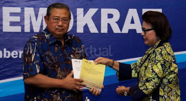Ketua Umum Partai Demokrat Susilo Bambang Yudhoyono (kiri) menerima buku dari Wakil Ketua KPK, Basaria Panjaitan di DPP Partai Demokrat, Jakarta, Rabu (13/9/2017). Komisi Pemberantasan Korupsi (KPK) melakukan kunjungan ke DPP Partai Demokrat dalam rangka diskusi sistem integritas partai politik. AKTUAL/Munzir