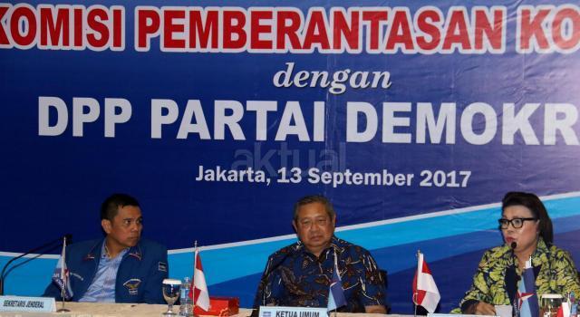 Wakil Ketua KPK Basaria Panjaitan (kanan), Ketua Umum Partai Demokrat Susilo Bambang Yudhoyono (tengah) didampingi Sekjen Partai Demokrat Hinca IP Pandjaitan XIII (kiri) saat melakukan diskusi di Kantor DPP Partai Dmeokrat, Jakarta, Rabu (13/9). Komisi Pemberantasan Korupsi (KPK) melakukan kunjungan ke DPP Partai Demokrat dalam rangka diskusi sistem integritas partai politik. AKTUAL/Munzir