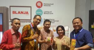 Direktur Wholesale & Internasional Service Telkom Abdus Somad Arief (kedua dari kanan) bersama Staf Khusus Kementerian BUMN bidang Rumah Kreatif BUMN (RKB) Asmawi Syam (tengah) dan Ketua Forum Pelaksana RKB Tri Gunadi (paling kanan) saat mengunjungi stand UMKM Belimbing milik Harjianto (paling kiri) di Rumah Kreatif BUMN di IBD Expo, Kamis (21/9) di Jakarta.