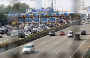 Kendaraan berjalan tersendat saat akan masuk Gerbang Tol Cibubur Utama di Jakarta, Jumat (8/9). PT Jasa Marga (Persero) memutuskan menghapus dua gerbang tol di ruas tol Jakarta-Bogor-Ciawi (Jagorawi) yaitu Gerbang Tol Cibubur Utama dan Cimanggis Utama mulai 8 September 2017 pukul 00.00 WIB. Hal ini guna mengatasi kemacetan yang kerap terjadi di ruas Jagorawi tersebut. AKTUAL/Tino Oktaviano