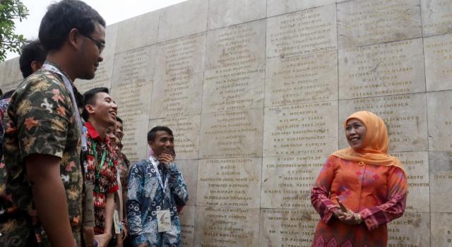 Menteri Sosial (Mensos) Khofifah Indar Parawansa bersama 125 Penerima Beasiswa Pendidikan Indonesia (BPI) Lembaga Pengelola Dana Pendidikan (LPDP) angkatan 110 berdialog dan berkeliling di Taman Makam Pahlawan Nasional Utama (TMPNU) Kalibata, Jakarta, Kamis (12/10/2017). Mensos mengajak para mahasiswa dari berbagai kampus Se-Indonesia untuk selalu mengingat jasa-jasa pahlawan nasional. AKTUAL/Munzir
