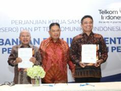 Direktur Enterprise dan Business Service Telkom Dian Rachmawan (kanan) berfoto bersama dengan Direktur Utama PT Taspen Iqbal Latanro (tengah) dan Direktur Umum PT Taspen Bagus Rumbogo (kiri) usai penandatanganan Perjanjian Kerja Sama (PKS) dalam sinergi pengembangan dan implementasi digitalisasi pelayanan pembayaran pensiun di Jakarta (17/10).