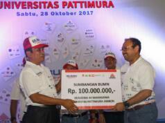 Direktur Enjiniring dan Proyek Semen Indonesia Tri Abdisatrijo secara simbolis menyerahkan bantuan beasiswa kepada Rektor Unpatti, M.J Saptenno