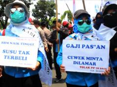Aksi unjuk rasa yang diikuti oleh ribuan buruh untuk menuntut Pemprov DKI Jakarta merevisi Upah Minimum Provinsi (UMP) DKI Jakarta yang sebelumnya sudah diputuskan sebesar 3,6 juta. AKTUAL/WARNOTO