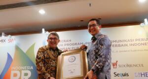 Vice President Corporate Communication Telkom Arif Prabowo saat menerima penghargaan Spoke Person of The Year pada ajang Indonesia PR of The Year 2017 di Jakarta, Selasa (31/10).