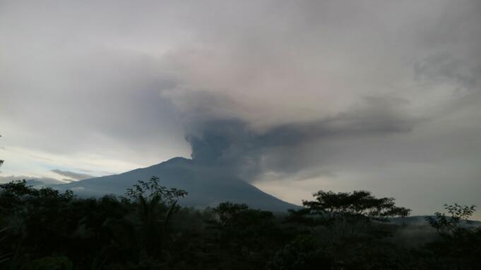 Foto diambil dari Pos Pengamatan Gunung Api Agung di Desa Rendang, Kecamatan Rendang, Kabupaten Karangasem, Bali.