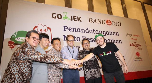 Bank DKI dan Gojek menjalin kerjasama sistem pembayaran non tunai di Jakarta, Selasa (7/11). Kerjasama tersebut mencakup interoperabilitas uang elektronik, interkoneksi ekosistem pembayaran dan perluasan channel pembayaran pajak dan retribusi. Ki-ka : VP Grup Pengembangan Dana & Jasa Bank DKI, Diki Jatnika, Direktur Bisnis Bank DKI, Antonius Widodo Mulyono, Direktur Teknologi & Operasional Bank DKI, Priagung Suprapto, Chief Marketing Officer Gojek Indonesia, Piotr Jakubowski dan GoPay Strategic Partnership Head, Vincent (bertumpuk tangan). AKTUAL/Eko S Hilman