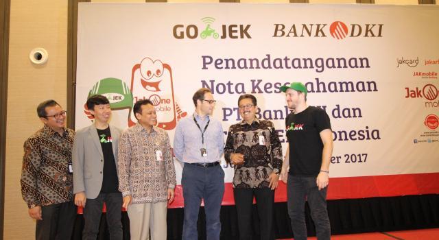 Bank DKI dan Gojek menjalin kerjasama sistem pembayaran non tunai di Jakarta, Selasa (7/11). Kerjasama tersebut mencakup interoperabilitas uang elektronik, interkoneksi ekosistem pembayaran dan perluasan channel pembayaran pajak dan retribusi. Ki-ka : VP Grup Pengembangan Dana & Jasa Bank DKI, Diki Jatnika, GoPay Strategic Partnership Head, Vincent, Direktur Teknologi & Operasional Bank DKI, Priagung Suprapto, Chief Commercial Gojek Indonesia, Antoine de Carbonnel, Direktur Bisnis Bank DKI, Antonius Widodo Mulyono, dan Chief Marketing Officer Gojek Indonesia,Piotr Jakubowski. AKTUAL/Eko S Hilman