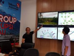 SGM Human Capital Business Partner Center Telkom Yul Martin (tengah) bersama SM Human Capital Telkom Regional 5 Yustisianto (kiri) dan Kepala Kantor Daerah Telkom Gianyar Syaiful Rohman (kanan) saat meninjau Posko Pengendalian Infrastruktur dan Layanan di STO Semarapura, Klungkung (23/11).