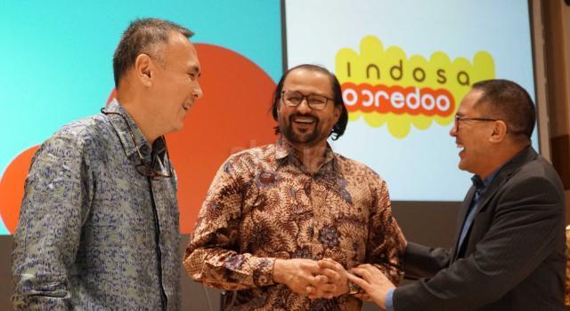 Komisaris Utama Indosat Oredo Waleed Mohamed Ebrahim Alsayed (tengah) berjabat tangan dengan Direktur Utama & CEO Indosat yang baru Joy Wahyudi (kiri) dan Direktur Utama & CEO 2012-2017 Alexander Rusli (kanan) berbincang usai Rapat Umum Pemegang Saham Luar Biasa (RUPSLB) di Jakarta, Selasa (14/11). RUPSLB Indosat Ooredo menyetujui pengangkatan Joy Wahyudi sebagai Direktur Utama & CEO Indosat Ooredoo menggantikan Alexander Rusli. AKTUAL/Eko S Hilman