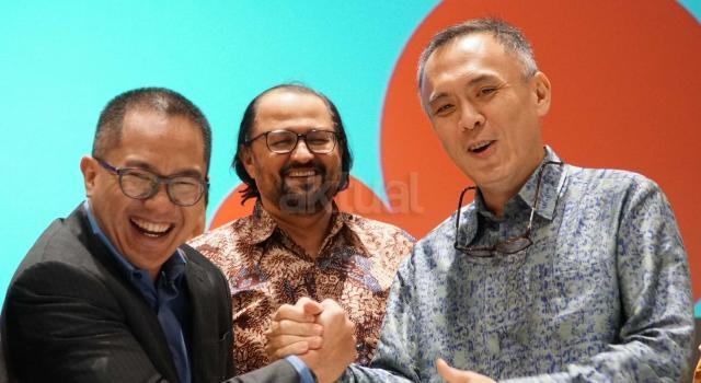 Komisaris Utama Indosat Oredo Waleed Mohamed Ebrahim Alsayed (tengah) berjabat tangan dengan Direktur Utama & CEO Indosat yang baru Joy Wahyudi (kiri) dan Direktur Utama & CEO 2012-2017 Alexander Rusli (kanan) usai Rapat Umum Pemegang Saham Luar Biasa (RUPSLB) di Jakarta, Selasa (14/11). RUPSLB Indosat Ooredo menyetujui pengangkatan Joy Wahyudi sebagai Direktur Utama & CEO Indosat Ooredoo menggantikan Alexander Rusli. AKTUAL/Eko S Hilman