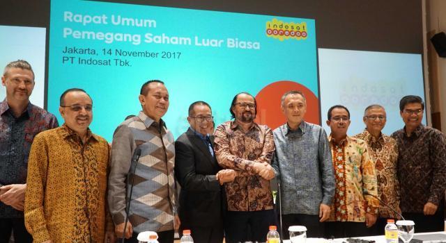 Jajaran Komisaris dan Direksi Indosat Ooredoo berfoto bersama seusai Rapat Umum Pemegang Saham Luar Biasa di Jakarta, Selasa (14/11). AKTUAL/Eko S Hilman