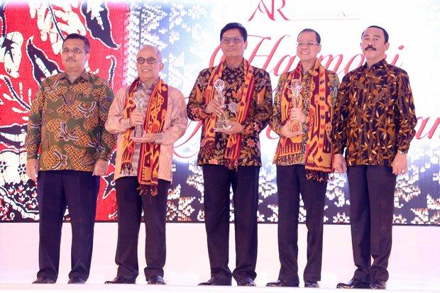 Dirut Bank bjb Ahmad Irfan (kedua kanan) foto bersama juara 2 dan 3 usai penyerahan penghargaan Annual Report Award (ARA) 2016 di Jakarta, Selasa (19/9/2017). Bank bjb meraih penghargaan dalam ajang prestisius ARA Tahun Buku 2016, dengan predikat juara I pada kategori BUMD Listed Company.