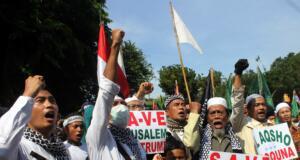 Ratusan umat Islam menggelar aksi unjuk rasa di depan Kedutaan Besar Amerika Serikat (AS) di Jalan Medan Merdeka Selatan, Jakarta Pusat, Jum'at. (08/12). AKTUAL/WARNOTO