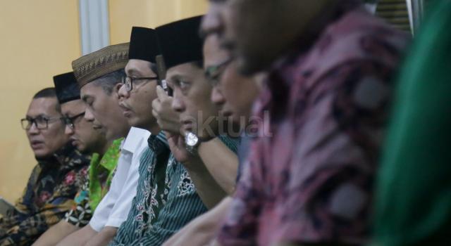 Waketum DPP Partai Persatuan Pembangunan (PPP) Amir Uskara didamping Wakil Sekjen DPP PPP Bidang Organisasi, Keanggotaan dan Kaderisasi Achmad Baidowi saat Tasyakuran di Gedung DPP PPP, Diponegoro, Jakarta, Jumat (15/11). Tasyakuran tersebut bentuk syukurkembalinya kantor DPP PPP setelah Mahkamah Agung menolak kasasi PPP kubu Djan Faridz dalam kasasi dengan nomor perkara 504K/TUN/2017.AKTUAL/Tino Oktaviano