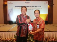 Direktur Utama Kimia Farma Honesti Basyir (kiri) dan Direktur Enterprise & Business Service Telkom Dian Rachmawan (kanan) usai penandatanganan Perjanjian Kerja Sama (PKS) Digitalisasi Kimia Farma di Bandung (27/12).