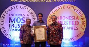 """Chairman IICG G. Suprayitno (paling kanan) dan Chief Editor SWA Group Kemal Effendi Gani (paling kiri) saat menyerahkan penghargaan """"The Most Trusted Company"""" based on Corporate Governance Perception Index (CGPI) pada ajang Indonesia The Most Trusted Companies Award 2017 kepada Direktur Keuangan Telkom Harry M. Zen (tengah) di Jakarta, Selasa (19/12)."""